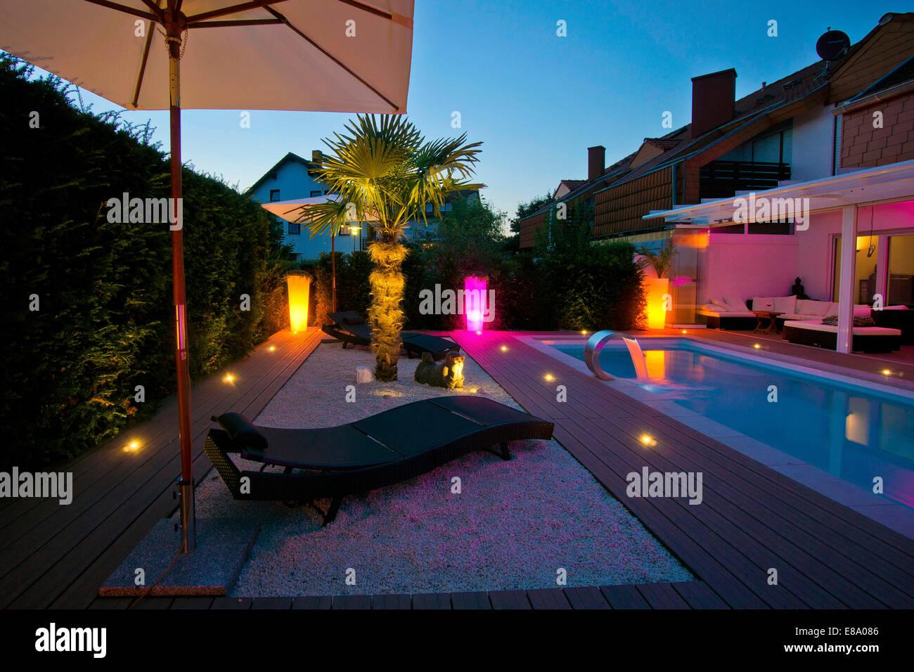 Giardino privato con piscina di una terrazza e di un albero di