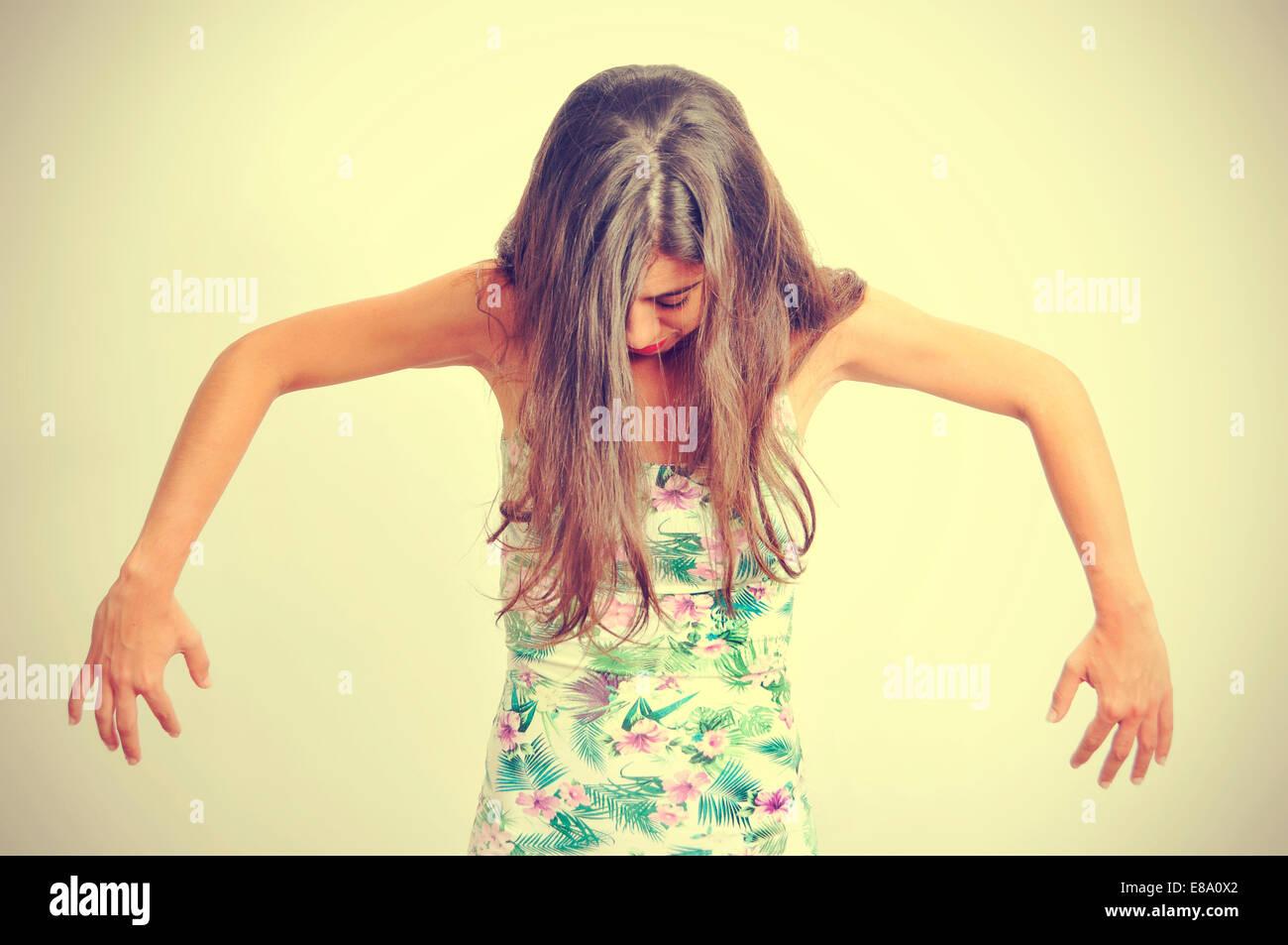 Ritratto di una giovane donna bruna eseguendo la danza contemporanea, con un effetto retrò Immagini Stock