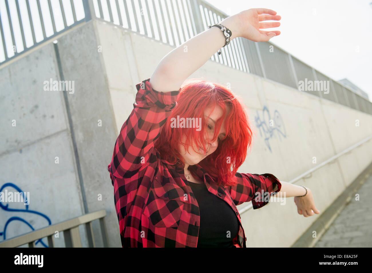 Giovane ragazza adolescente dancing rosso capelli tinti Immagini Stock
