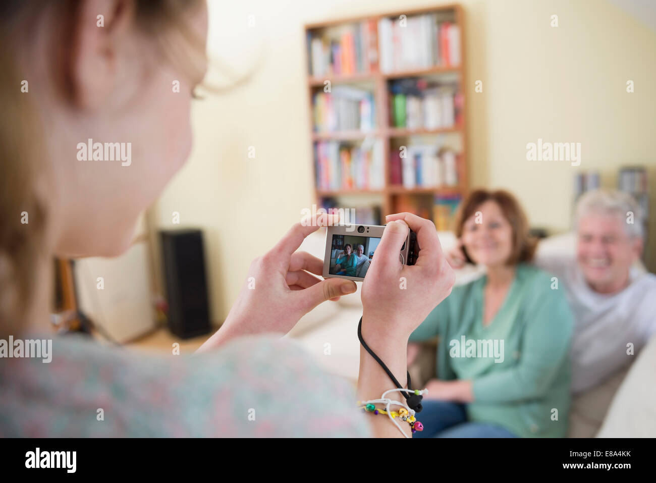 Nipote di scattare una foto di nonni su lettino in soggiorno Immagini Stock