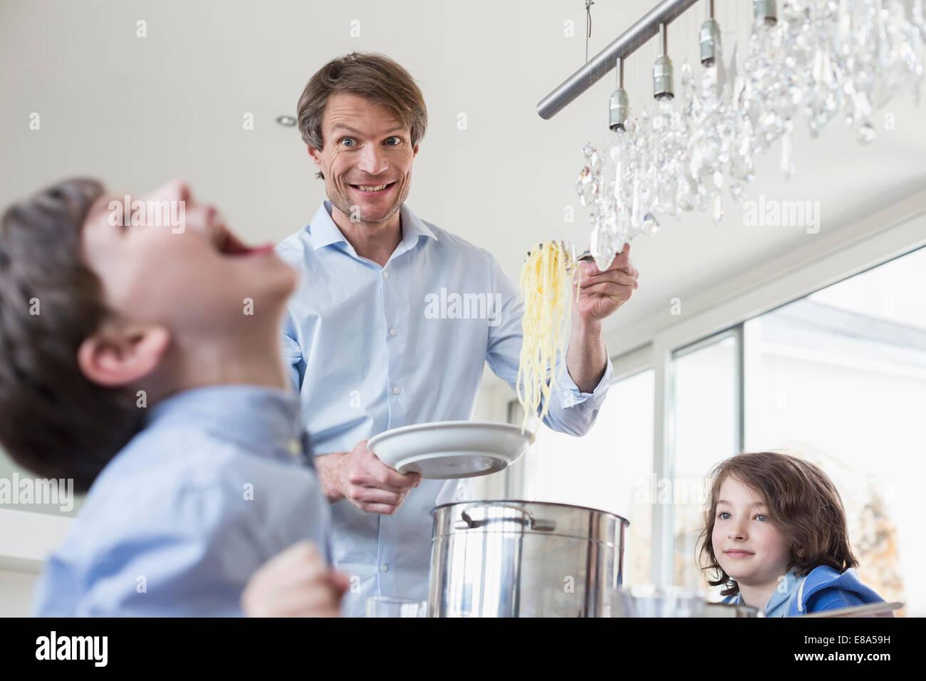 Padre overing mano pasto per bambini Immagini Stock
