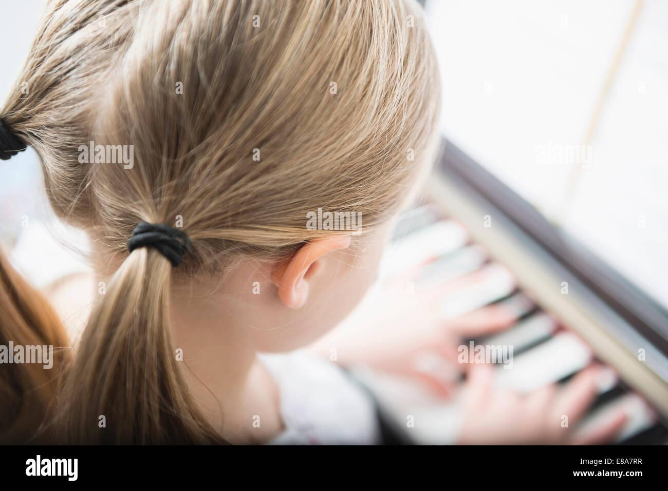 Ragazza 6 anni pratica suonando piano Immagini Stock
