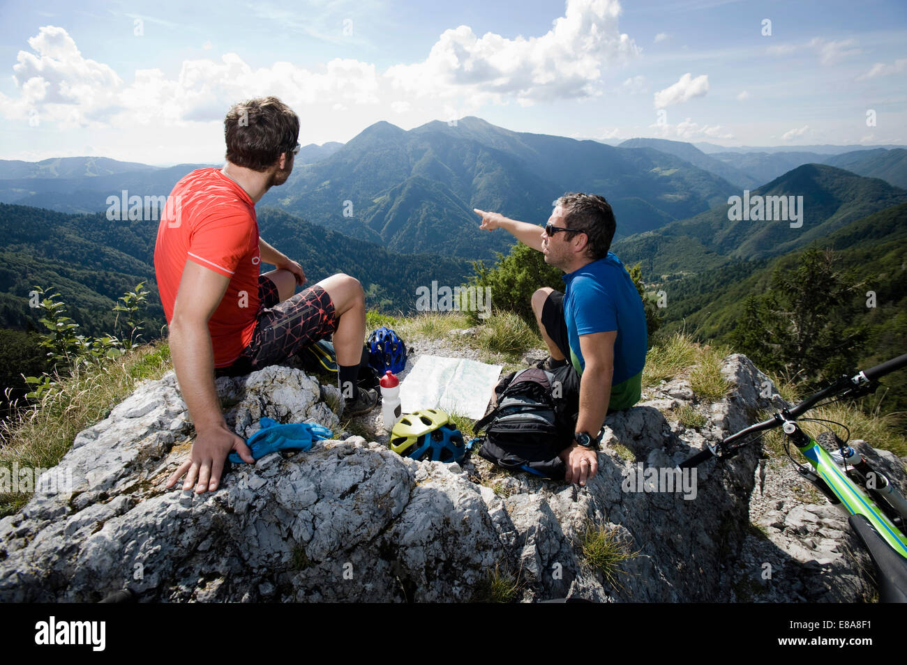 Due mountain biker avente un resto, Slatnik, Istria, Slovenia Immagini Stock