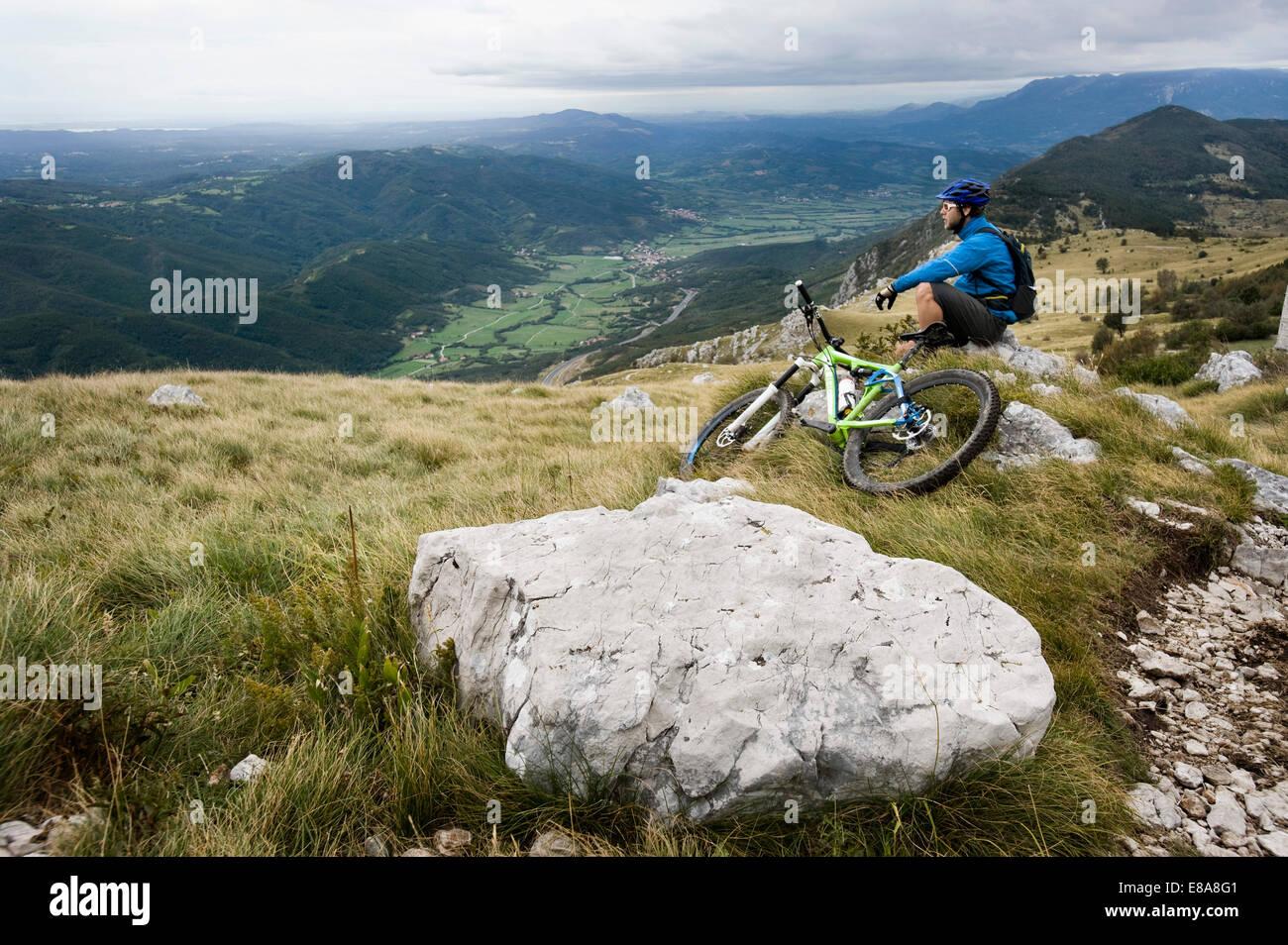 Mountain Biker avente un resto, Valle del Vipava, Istria, Nano, Slovenia Immagini Stock