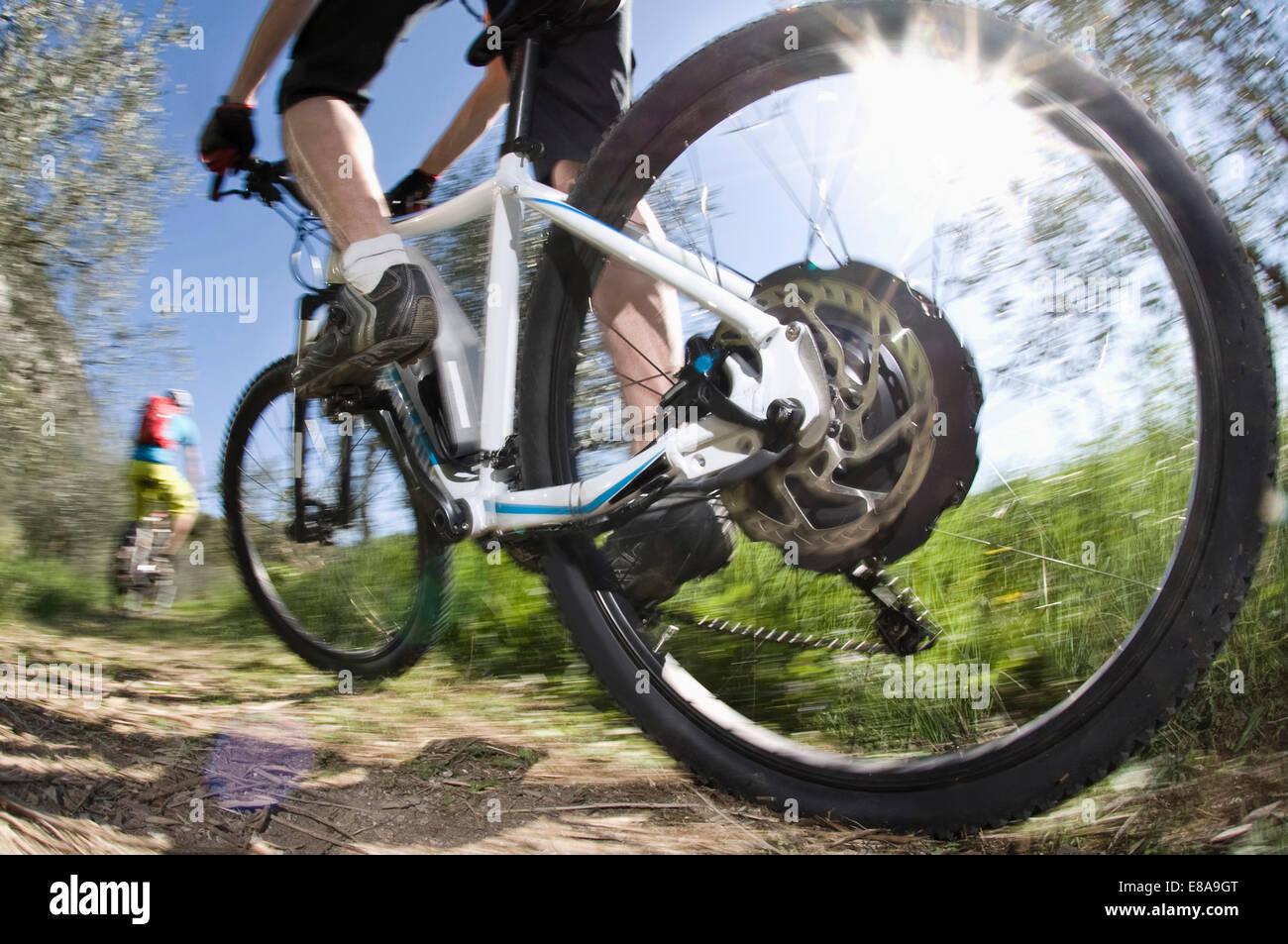 Gli uomini racing electic-mountainbike off-road Immagini Stock
