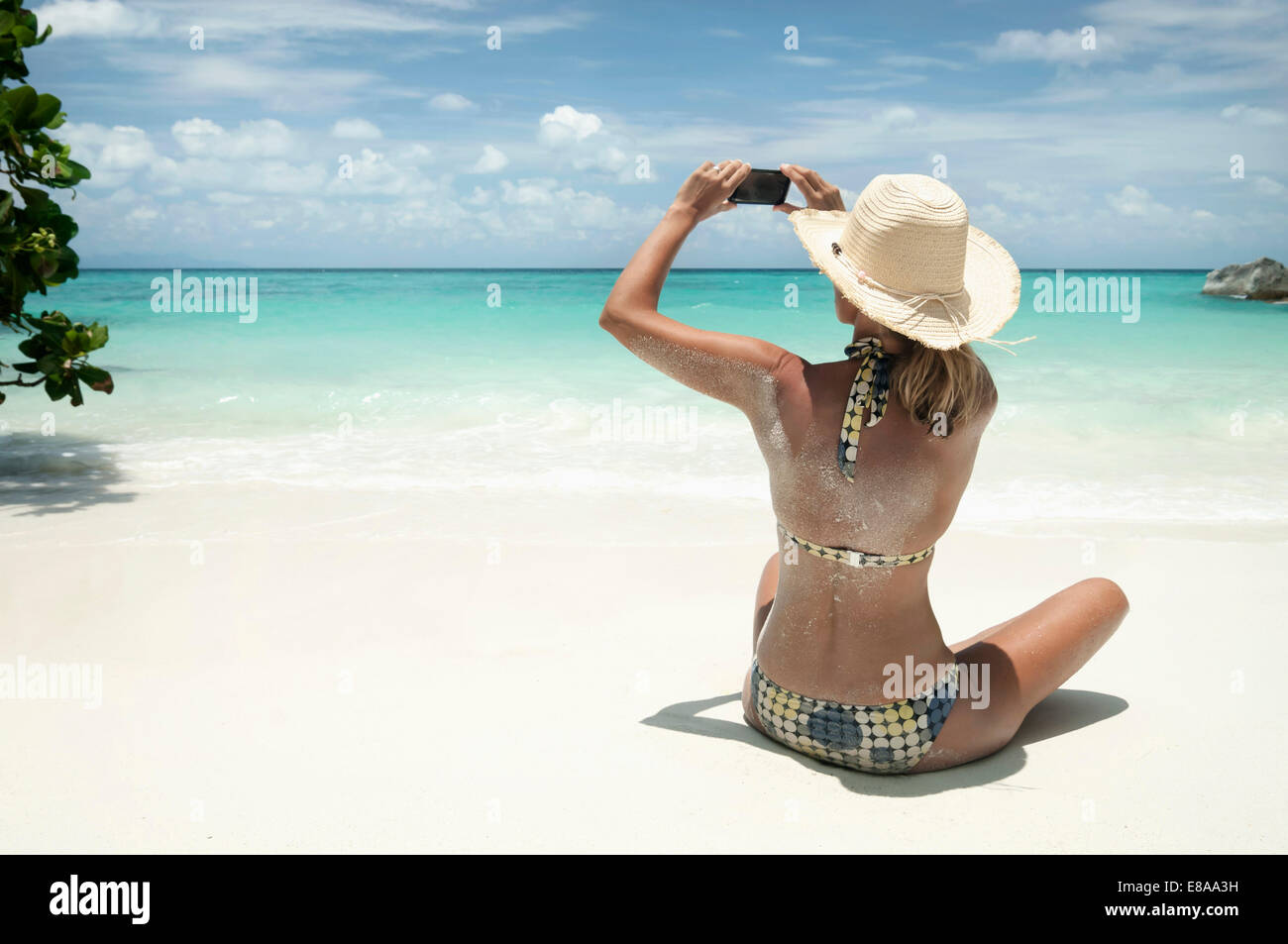 Donna prendendo selfportrait sulla spiaggia, Koh Lipe, Thailandia Immagini Stock