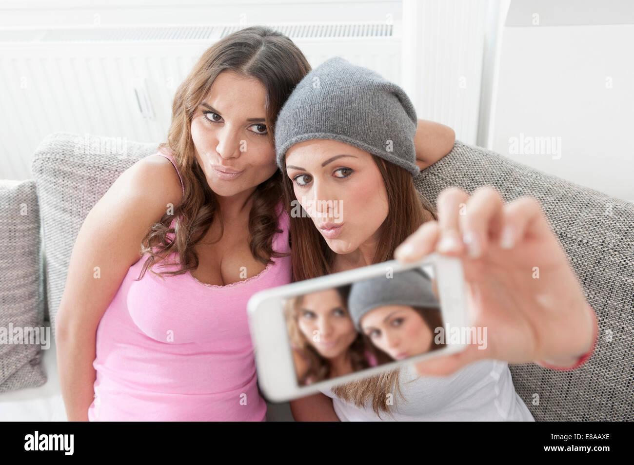 Due giovani donne a fotografare herselves Immagini Stock