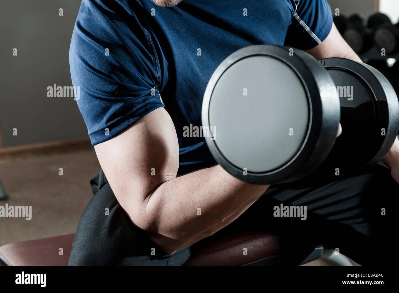 Giovane uomo in palestra il sollevamento di pesi Immagini Stock