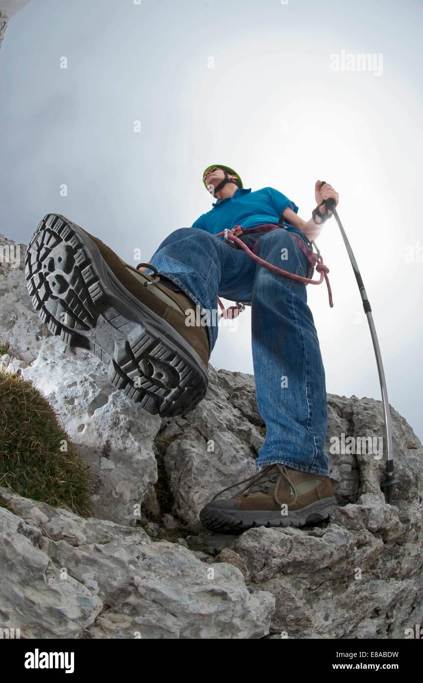 Uomo di arrampicata alpi montagna casco stivali dettaglio Immagini Stock
