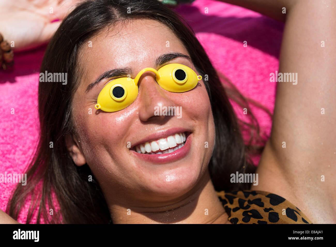 Ritratto di giovane donna a prendere il sole, indossare gli occhiali di protezione Immagini Stock