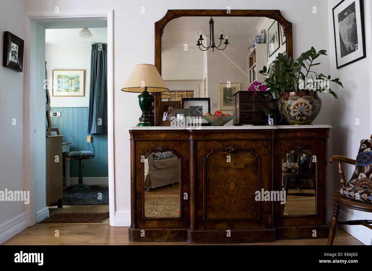 Credenza Antica Con Marmo : Grande specchio al di sopra marmo antica credenza con porte a
