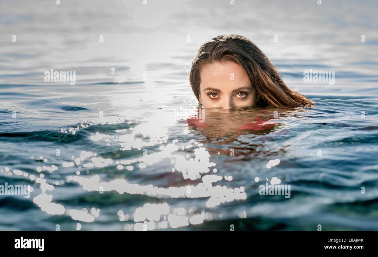 Ritratto di giovane donna nel nuoto in mare, Castiadas, Sardegna, Italia Immagini Stock