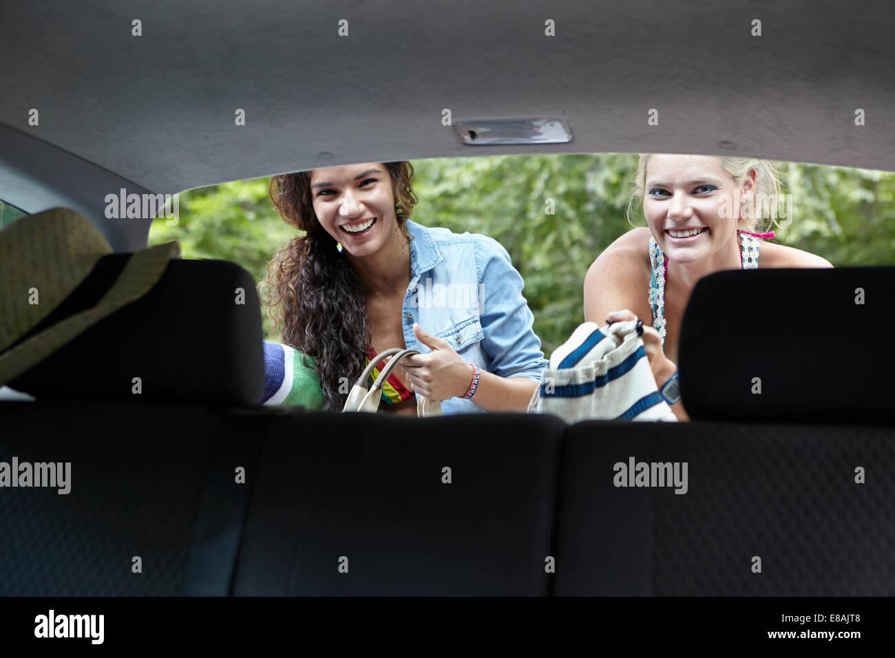 Gli escursionisti alla ricerca attraverso la parte posteriore della macchina Immagini Stock