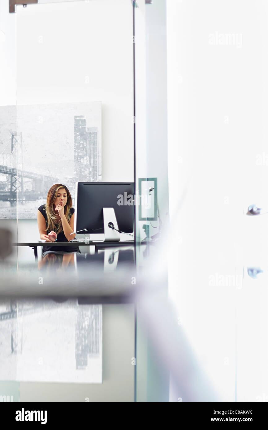 Giovane donna che lavorano in ufficio Immagini Stock