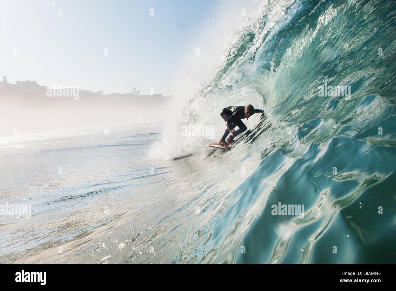 Metà uomo adulto surf onda di rotolamento, Leucadia, CALIFORNIA, STATI UNITI D'AMERICA Immagini Stock