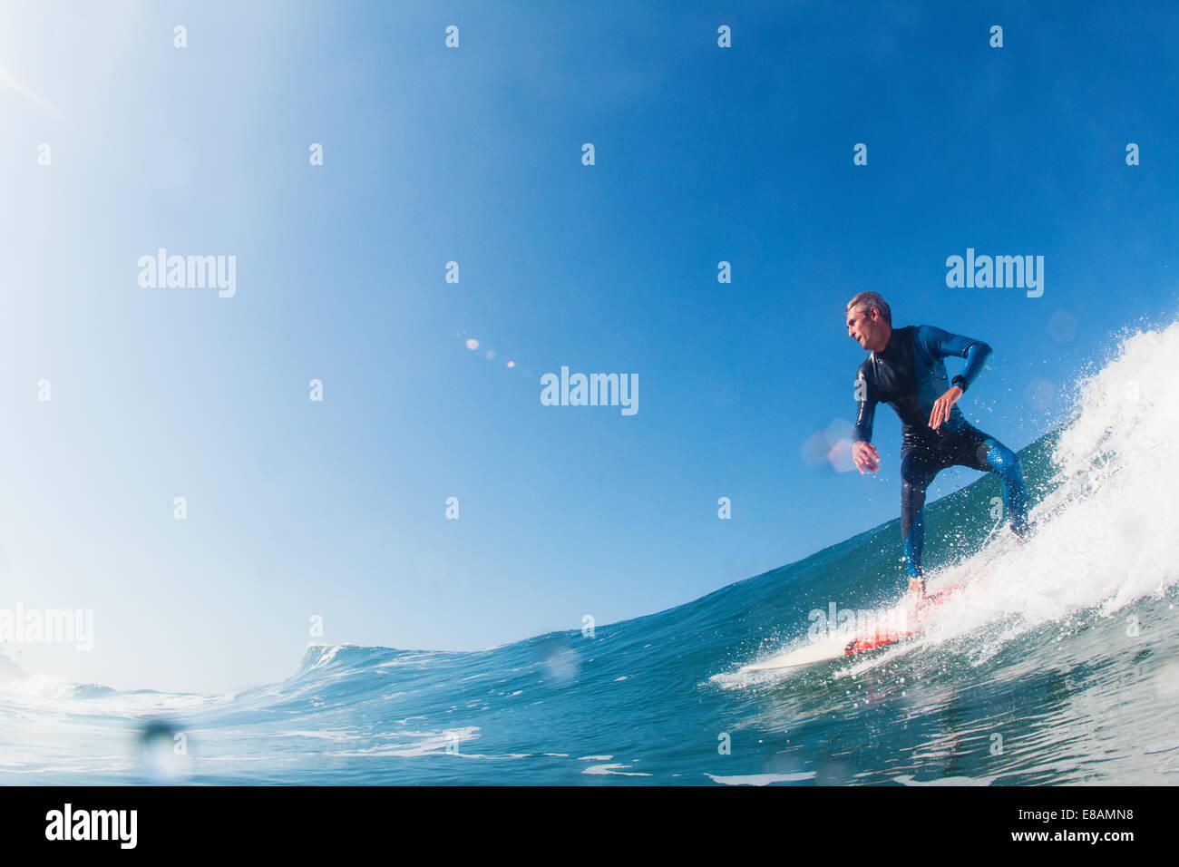 Metà uomo adulto surf, Leucadia, CALIFORNIA, STATI UNITI D'AMERICA Immagini Stock