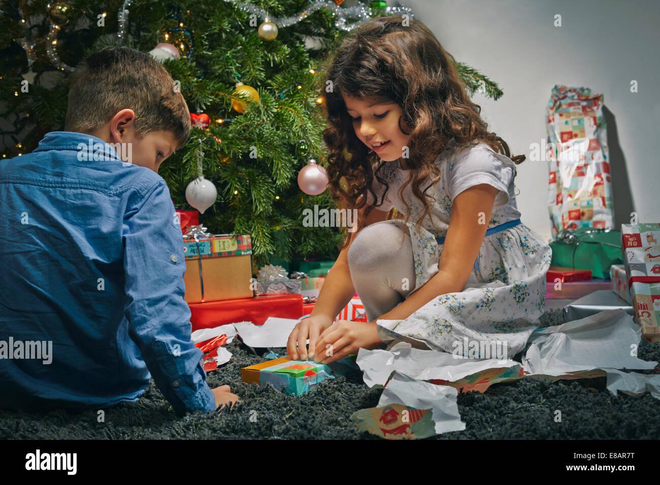 Regali Di Natale Fratello.Sorella E Fratello Nel Salotto Di Unwrapping Regali Di Natale Foto