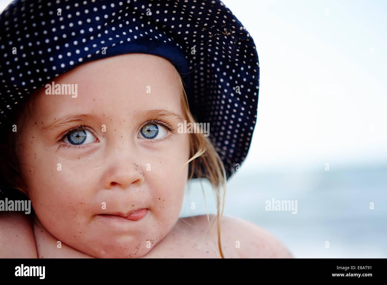 Giovane ragazza che indossa a macchie hat, ritratto Immagini Stock