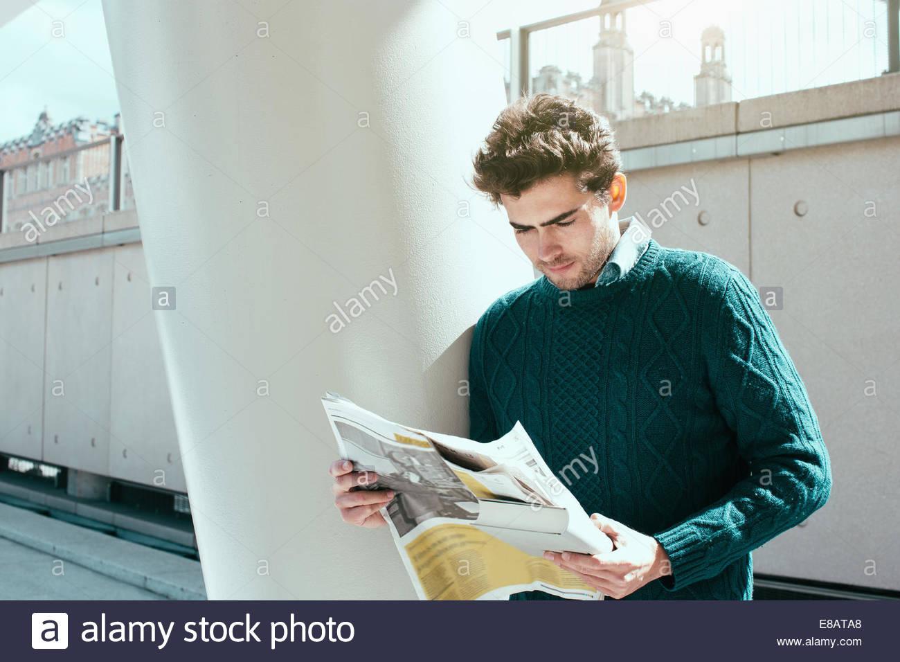 Giovane uomo quotidiano di lettura Immagini Stock