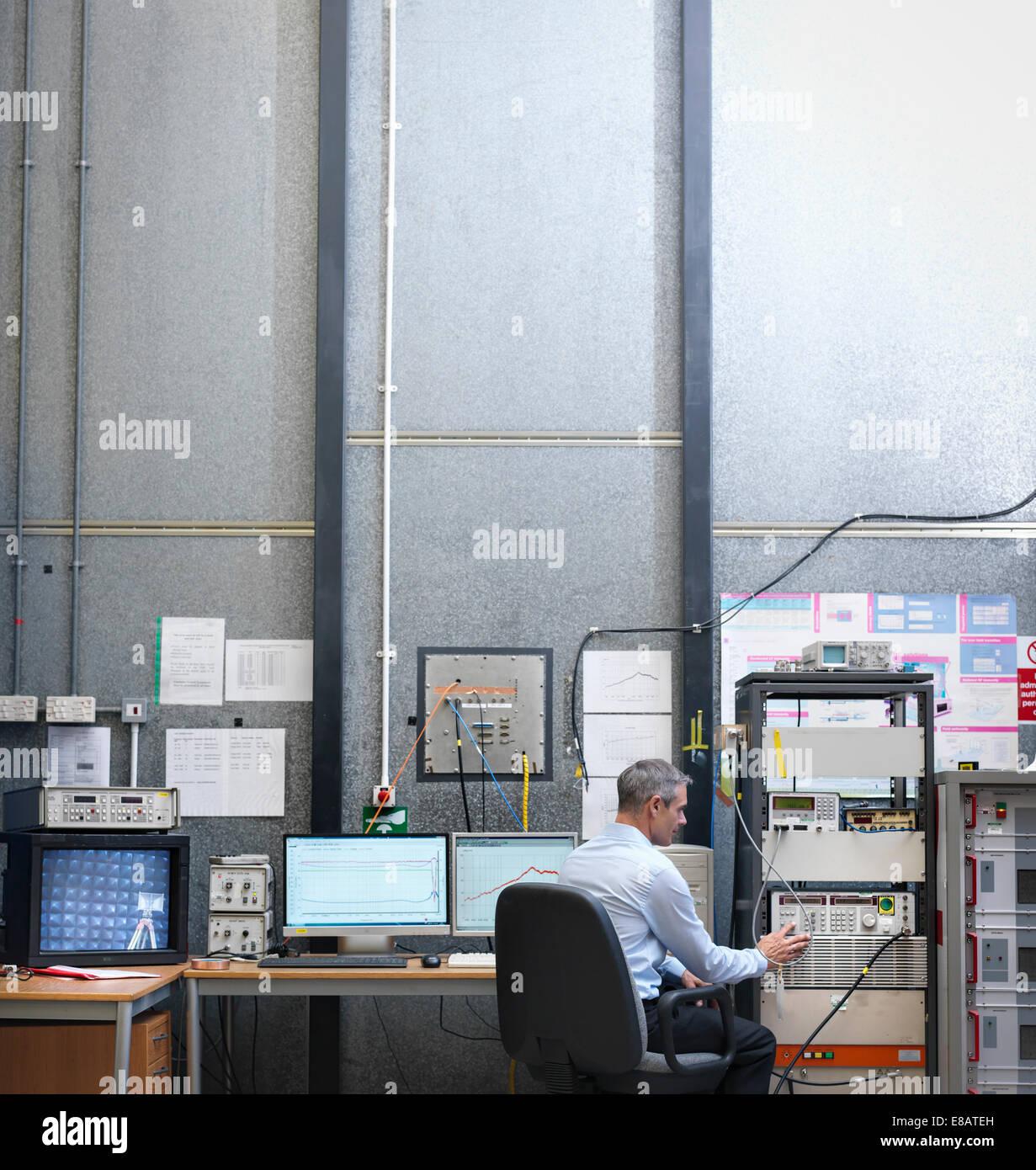 Scienziato presso la stazione di lavoro della camera anecoica Immagini Stock