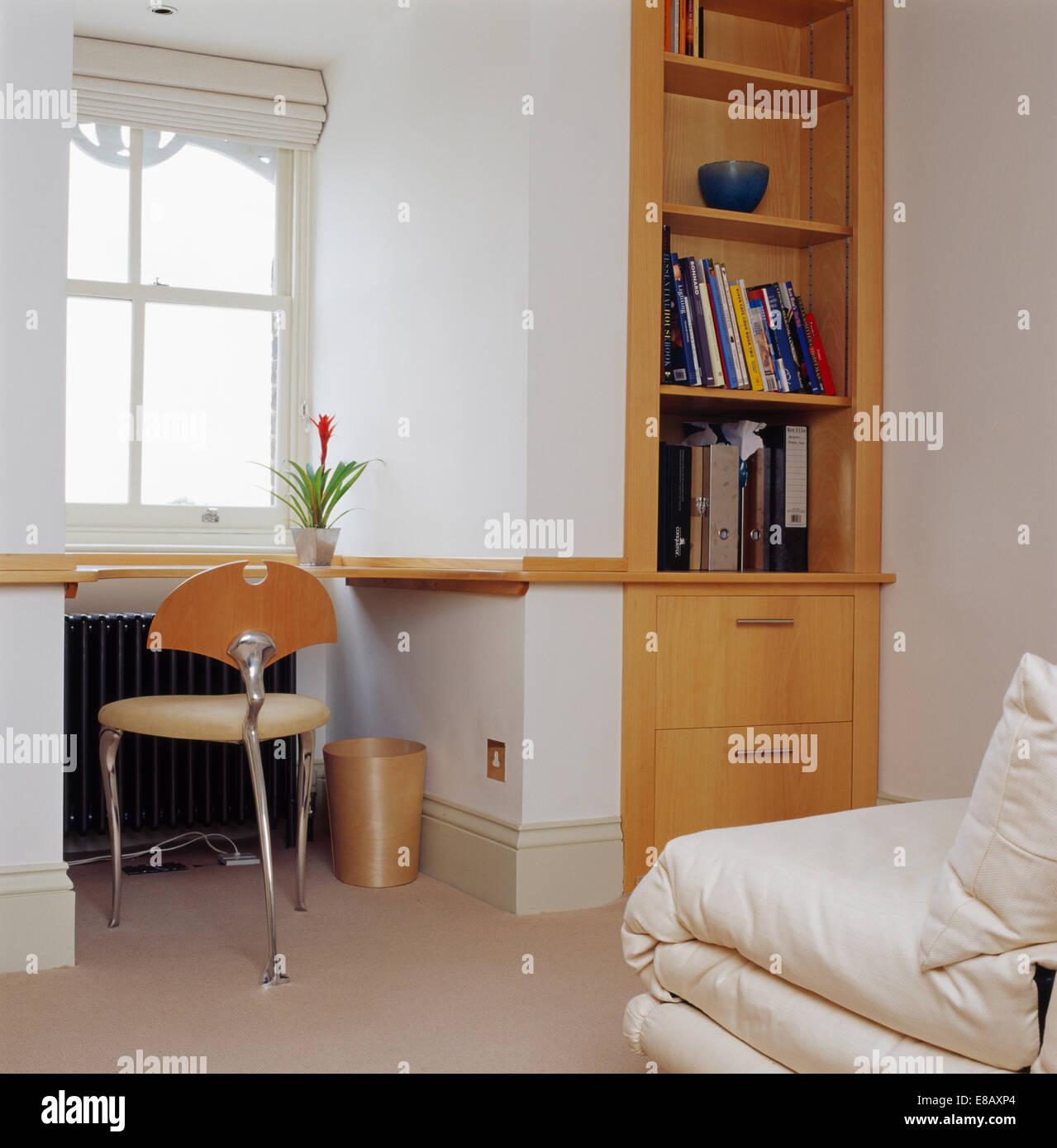 Piccola sedia in metallo a ripiano sottostante finestra in camera da letto moderne provviste di - Sedia camera da letto ...