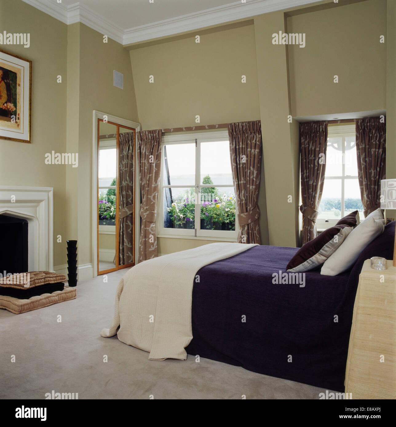 Passi di crema e blu scuro bed-coperchio sul letto in ampio soppalco ...