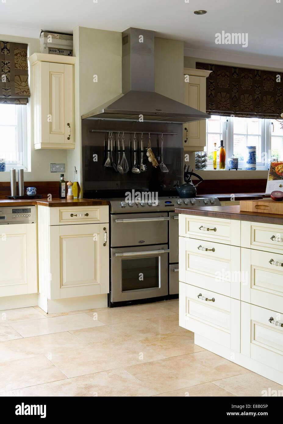 La crema pavimento in travertino di piastrelle in cucina moderna con ...