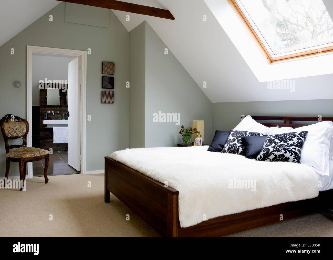 Tappeto color crema e copertura per il letto in mansarda ...