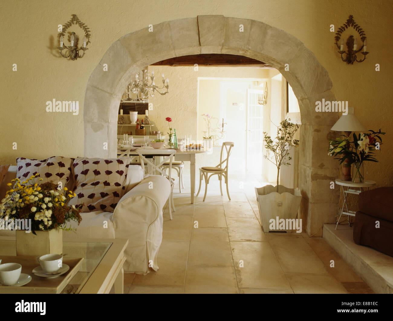 Pavimenti in pietra nel paese francese soggiorno con divano bianco ...