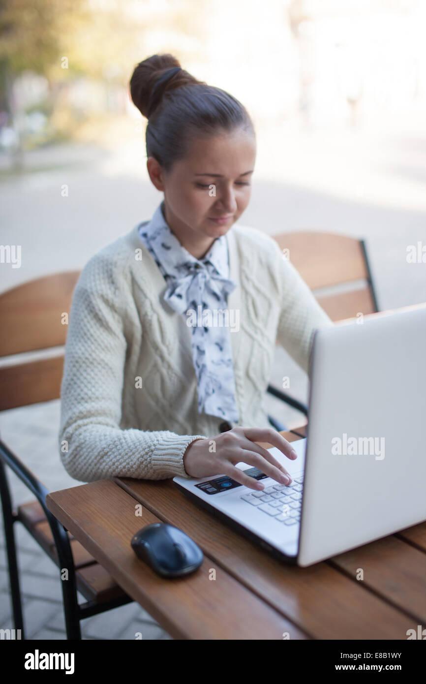 Donna digitando durante il lavoro all'aperto Immagini Stock
