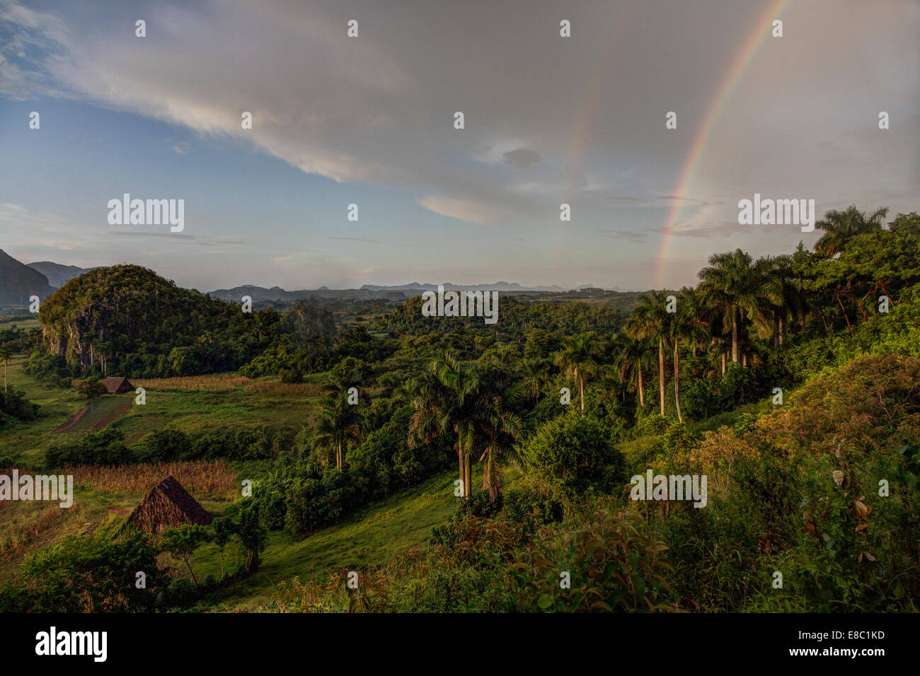 Rainbow in serata il paesaggio di Vinales, Pinar del Rio provincia, Cuba Immagini Stock