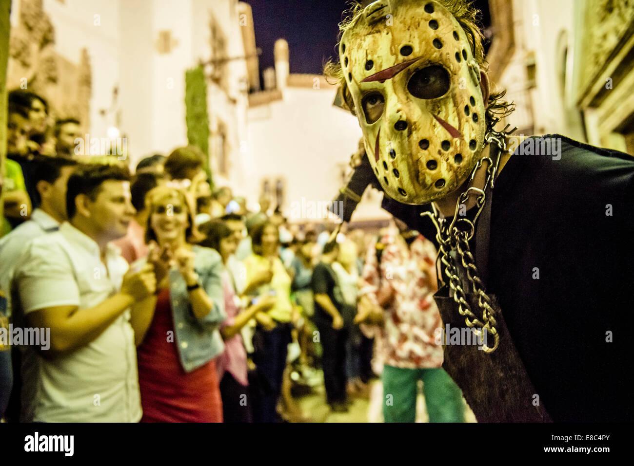 Sitges, Spagna. 4 Ott 2014. Gli zombie di tutti i tipi si riuniscono per la Sitges Zombie a piedi 2014 Credit: Matthias Foto Stock