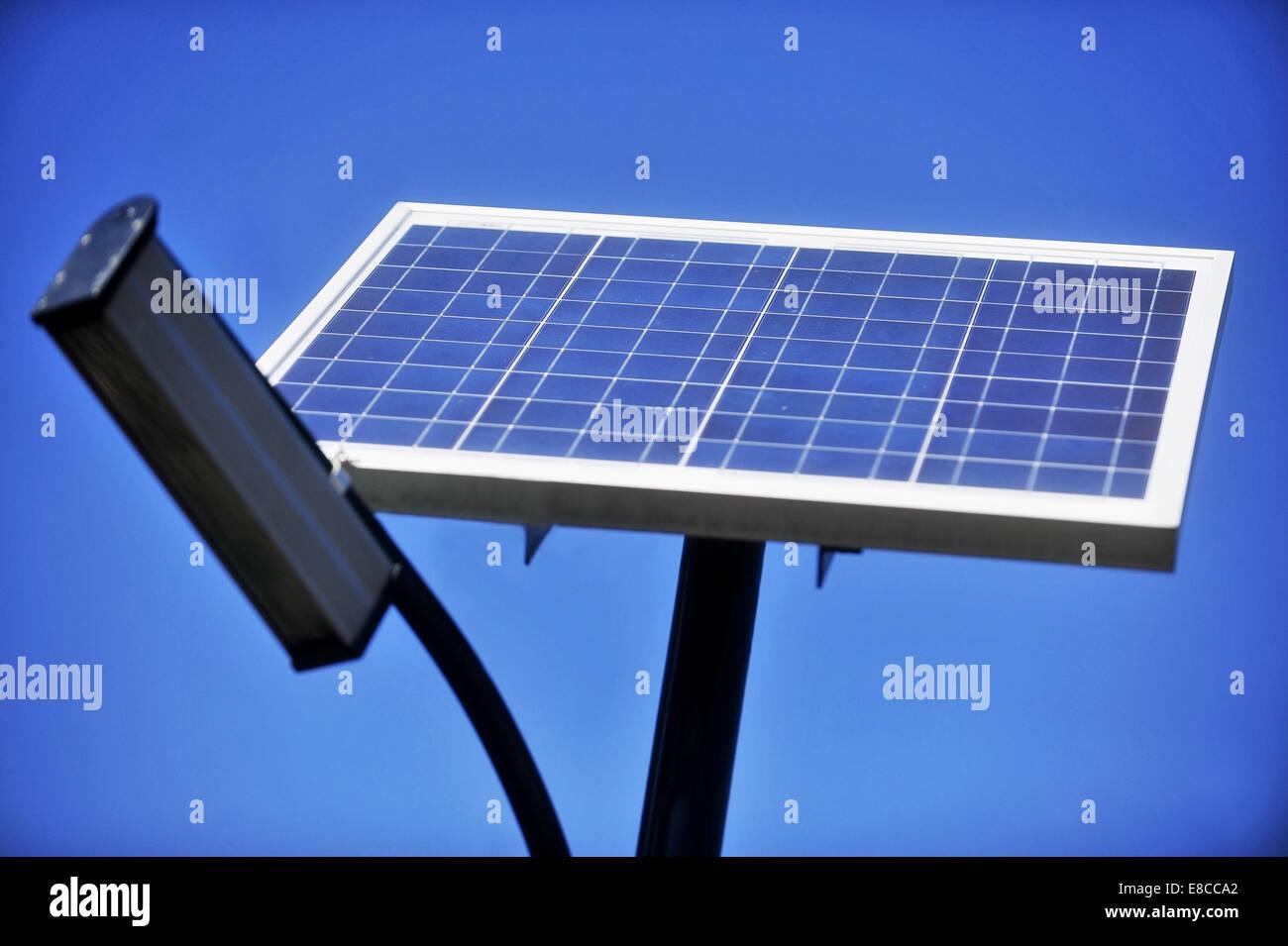 Illuminazione pubblica pole con pannello fotovoltaico e cielo blu