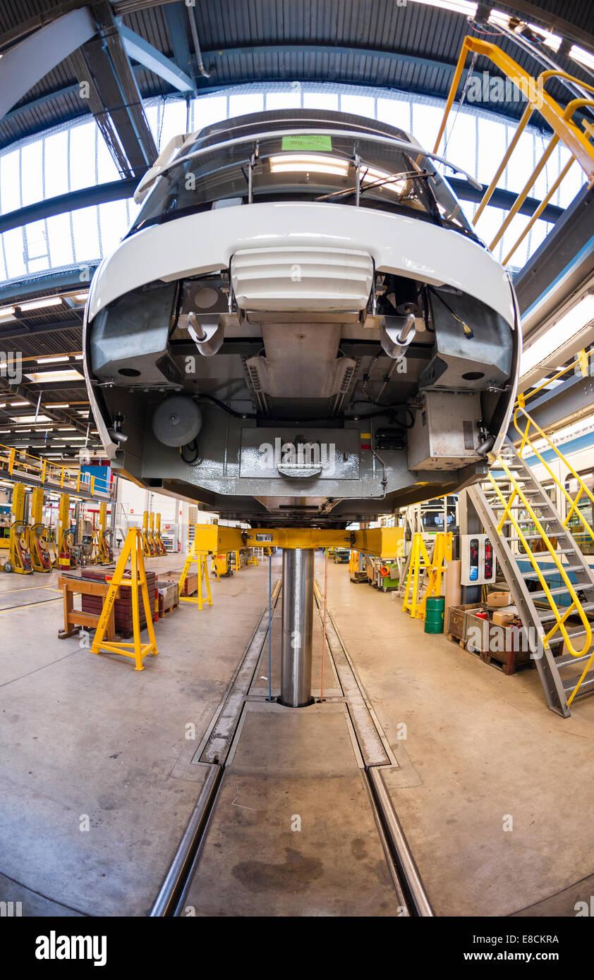 Un Cobra di Zurigo tram treno sollevata su un gigante di rampa di sollevamento durante la manutenzione di routine Immagini Stock