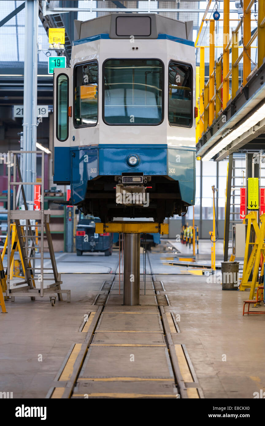 A Zurigo tram treno sollevata su un gigante di rampa di sollevamento durante la manutenzione di routine presso la Immagini Stock