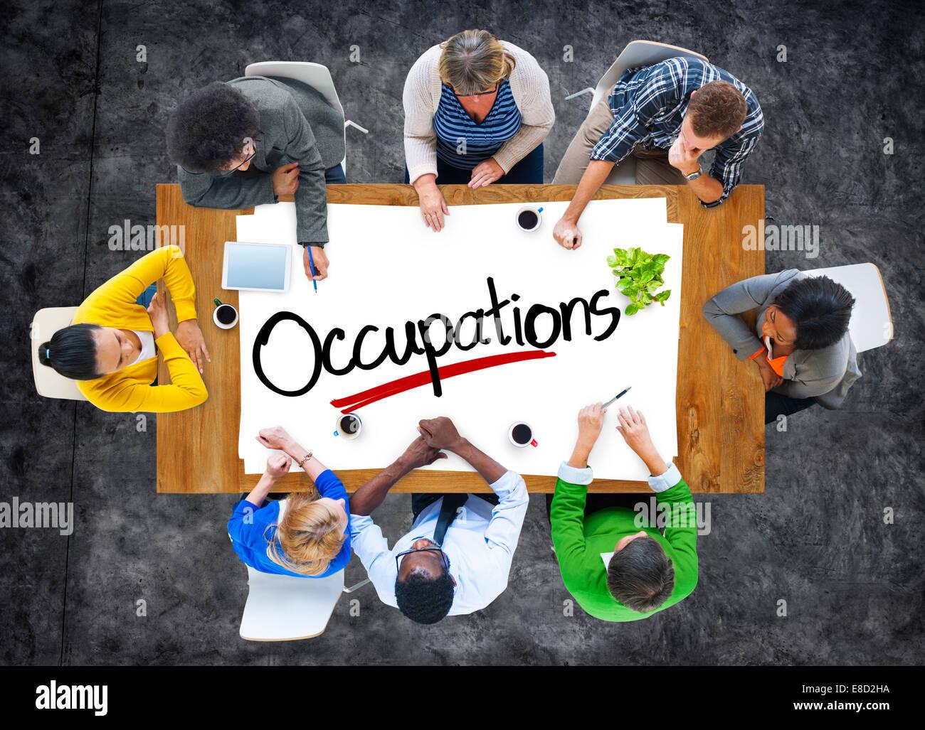 Gruppo di persone il brainstorming sulle professioni di concetto Immagini Stock