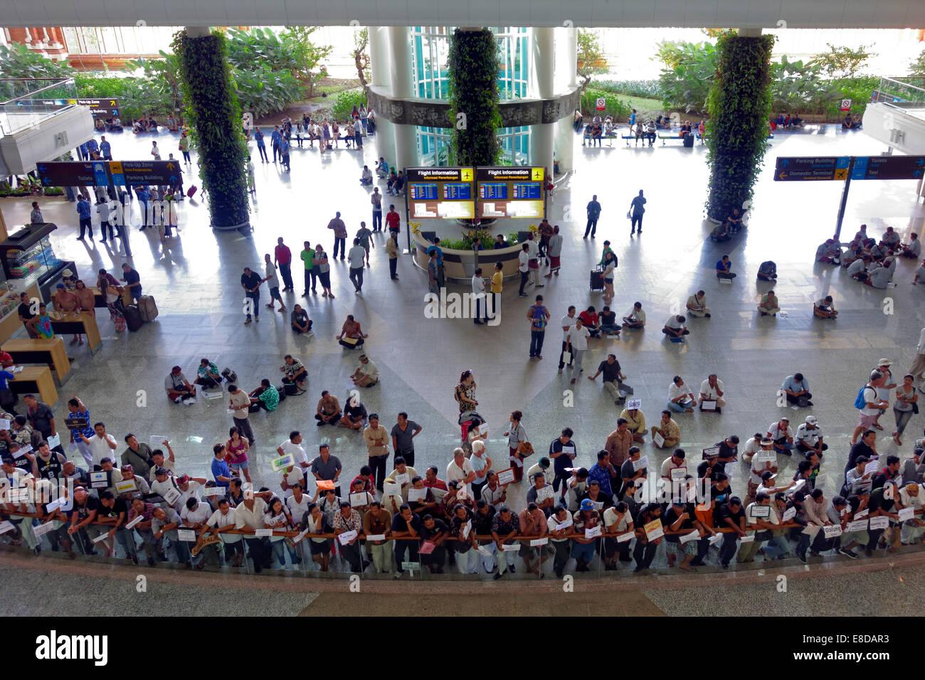 Piazzale di arrivo con l'attesa greeters, Aeroporto di Ngurah Rai o l'Aeroporto Internazionale di Denpasar, Immagini Stock