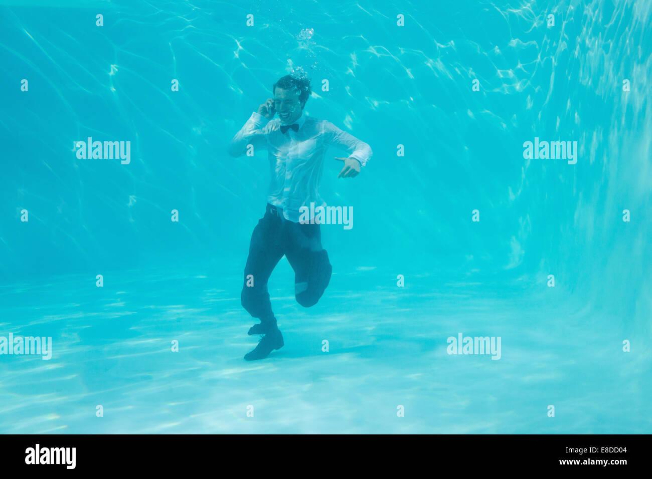Giovane uomo nuoto sott'acqua Immagini Stock