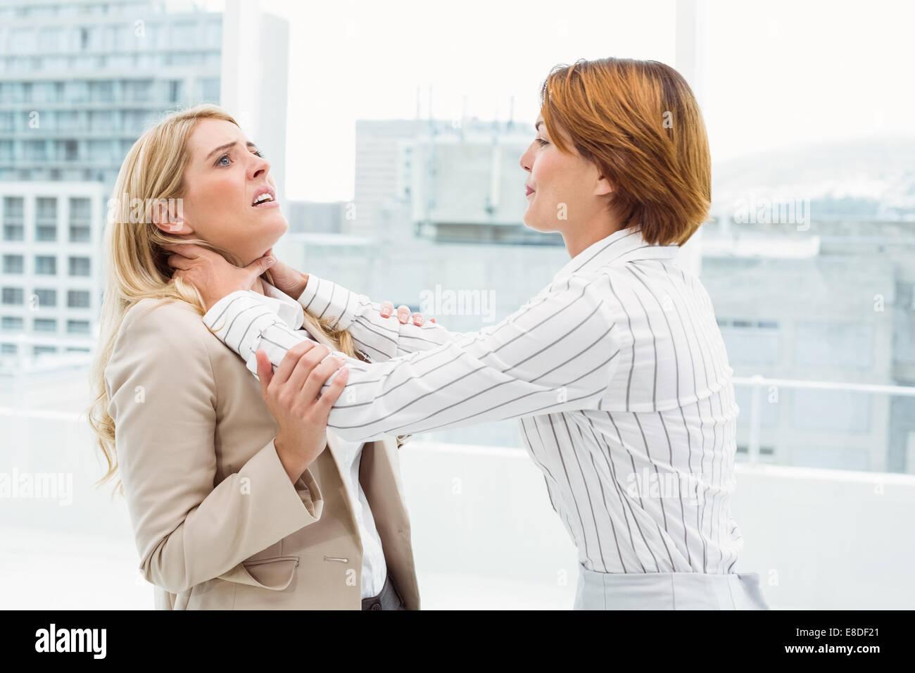 Imprenditrici avente una violenta lotta in office Immagini Stock