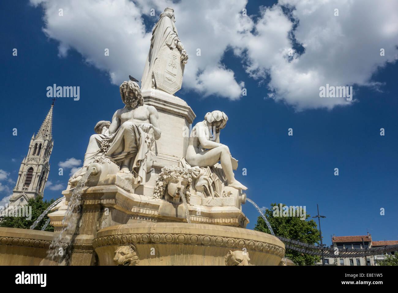 Fontaine Pradier, ornati neo classica fontana costruita nel 1848 in piazza nel centro di Nimes nel dipartimento Immagini Stock
