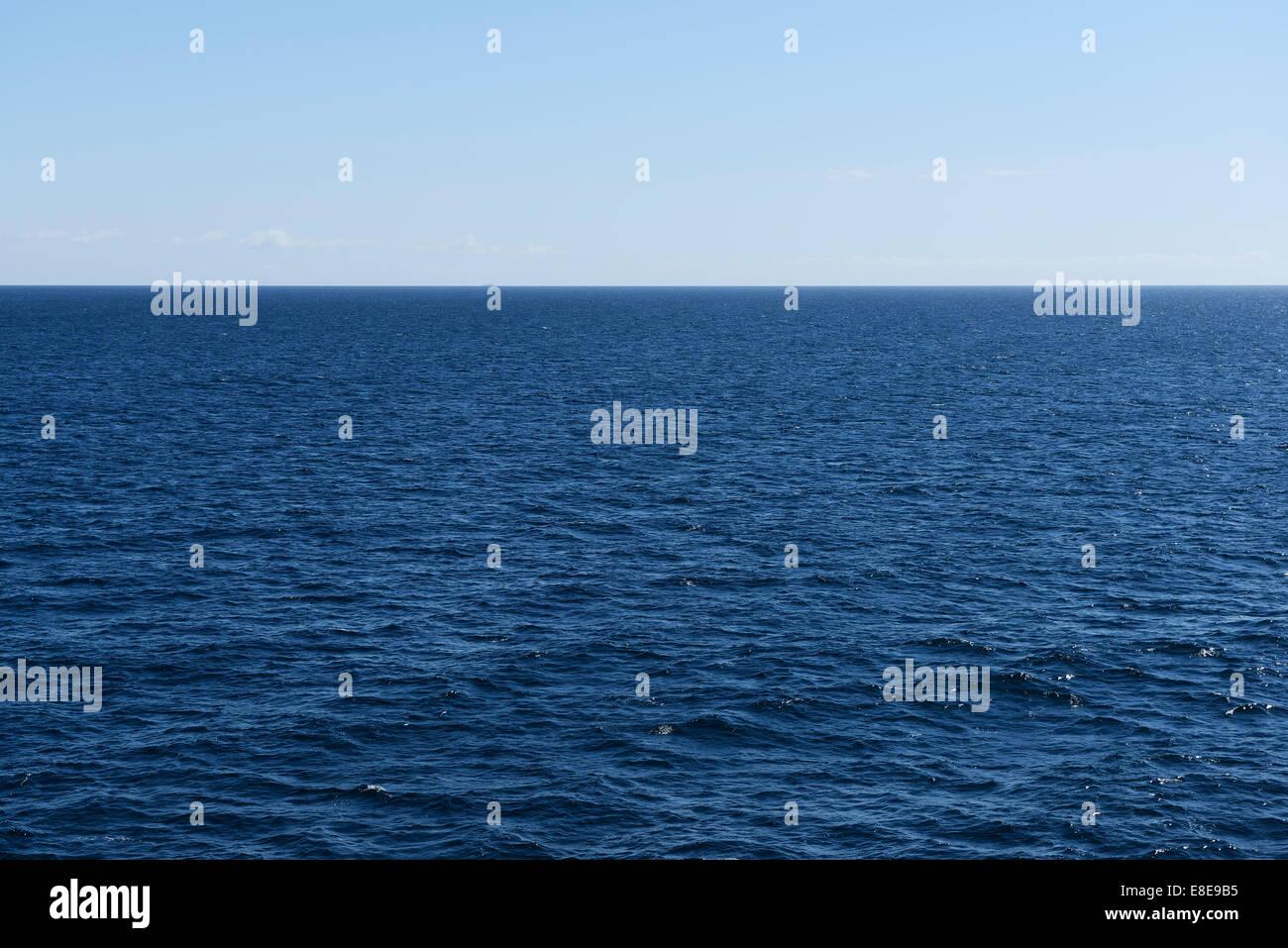 Calma il mare blu e l'orizzonte Immagini Stock
