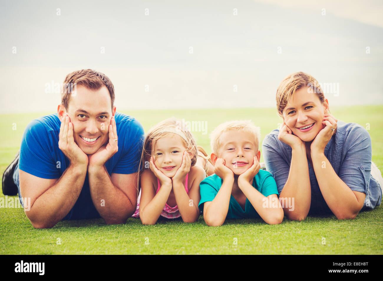 Ritratto di famiglia felice di quattro fuori. I genitori e i due giovani figli Immagini Stock