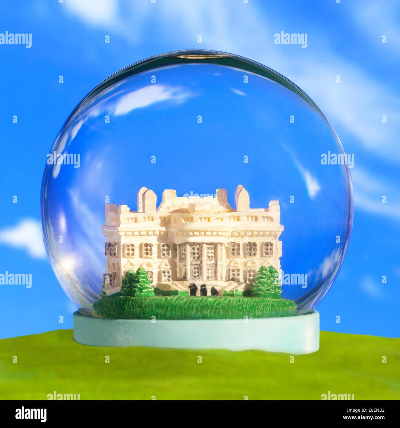 Un Snow Globe Snow Dome cupola di vetro con il Washington DC Casa Bianca. Il concetto di protezione di sicurezza Immagini Stock