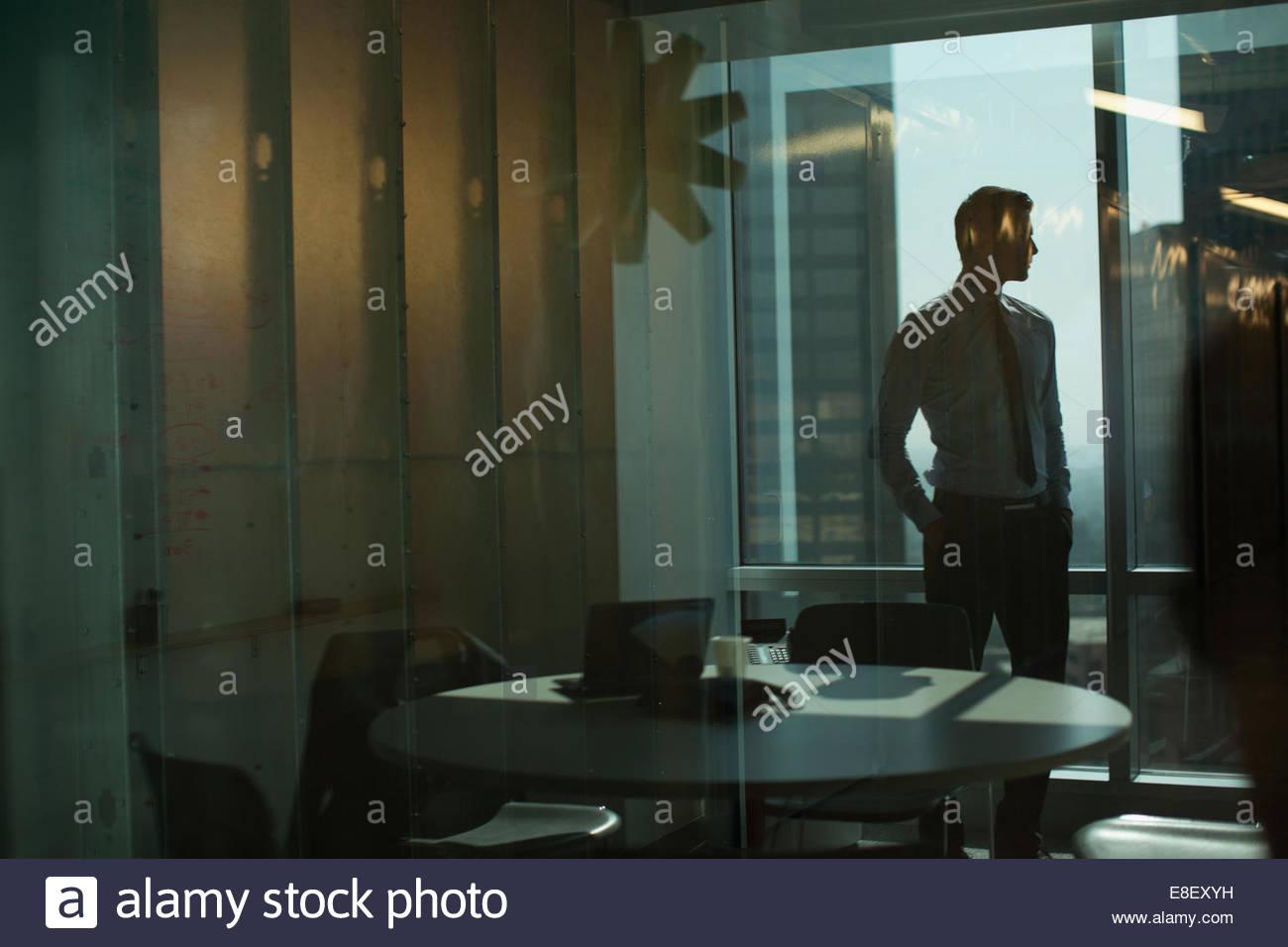 Imprenditore in piedi in ufficio Immagini Stock