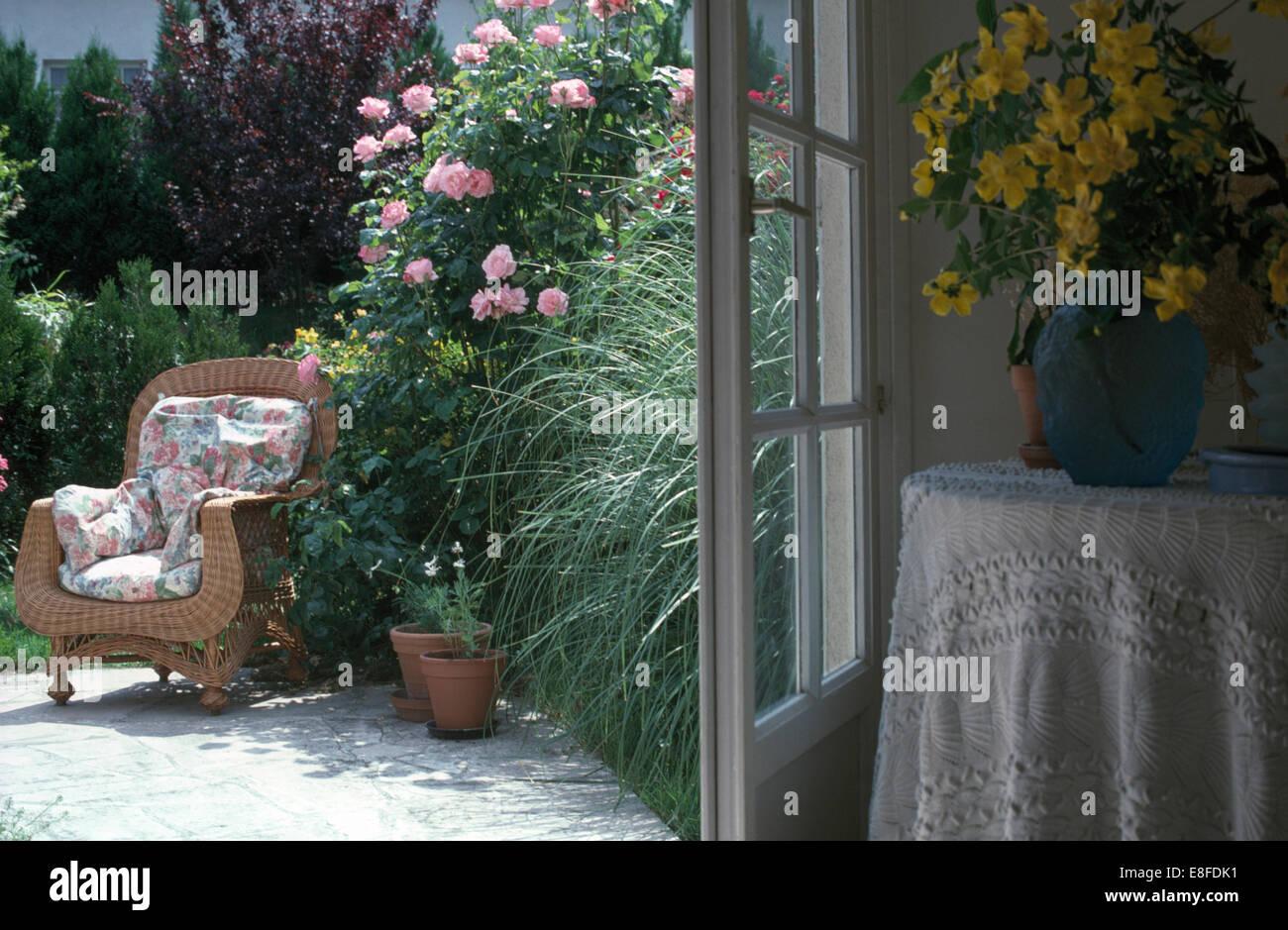 Rosa Rampicante In Vaso fiori gialli in vaso sul tavolo accanto a porte aperte alla