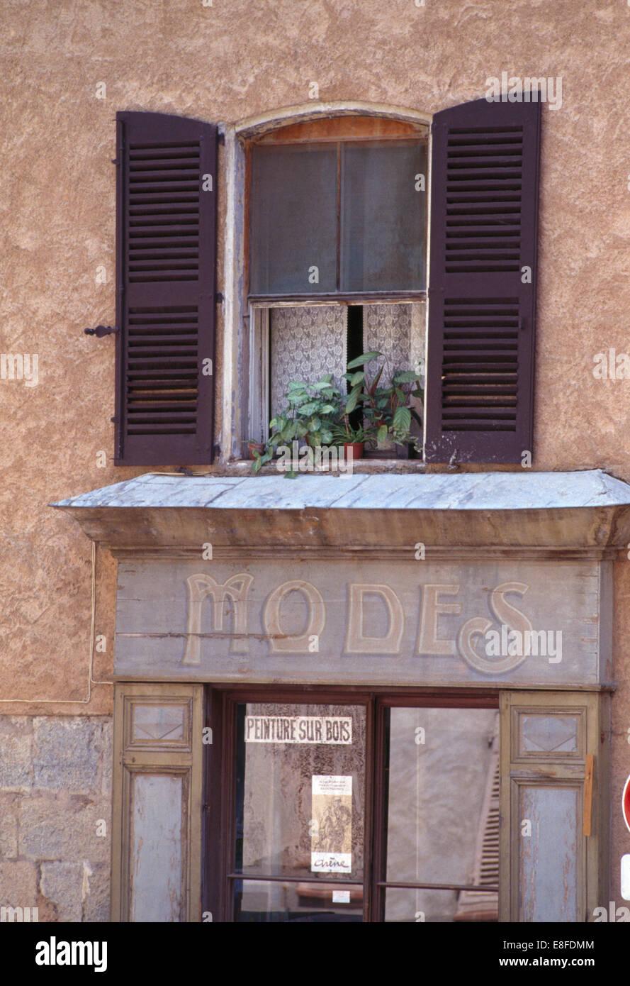 Serrande di nero sulla finestra sopra vecchie modi negozio di ...