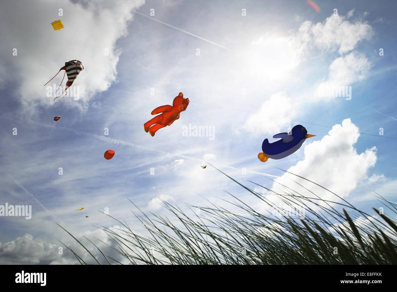 Basso angolo di visione degli aquiloni volare al kite festival, Fanoe, Danimarca Immagini Stock