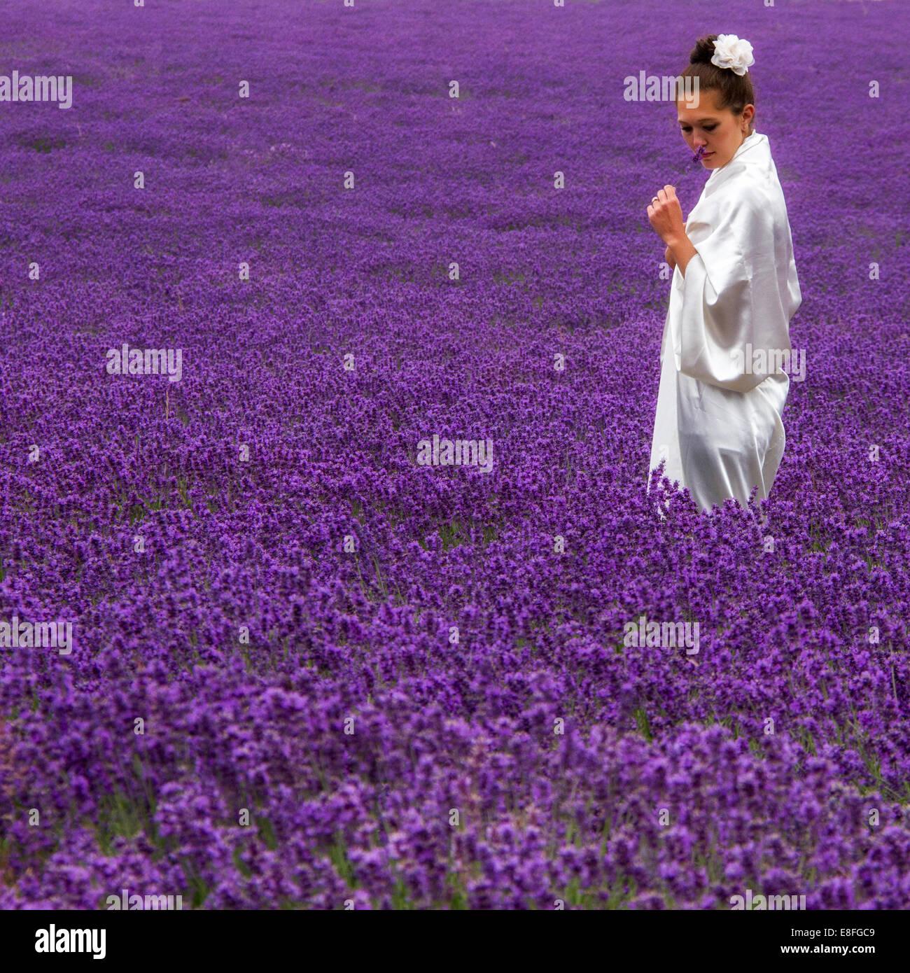 Donna in piedi nel campo Immagini Stock