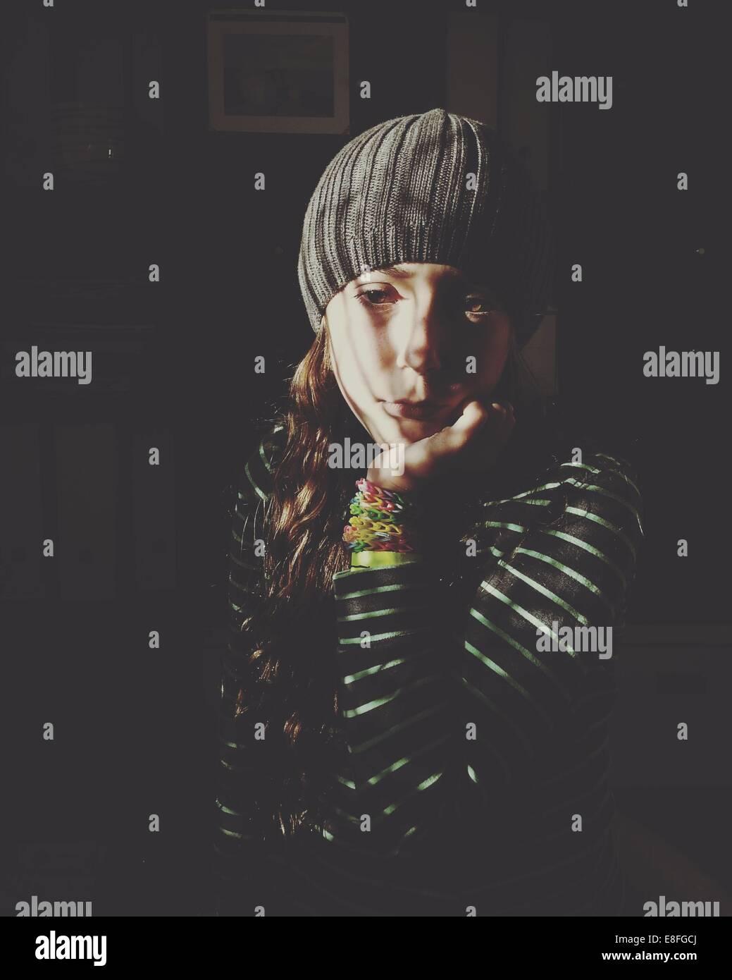 Ritratto di ragazza seduta in ombre Immagini Stock