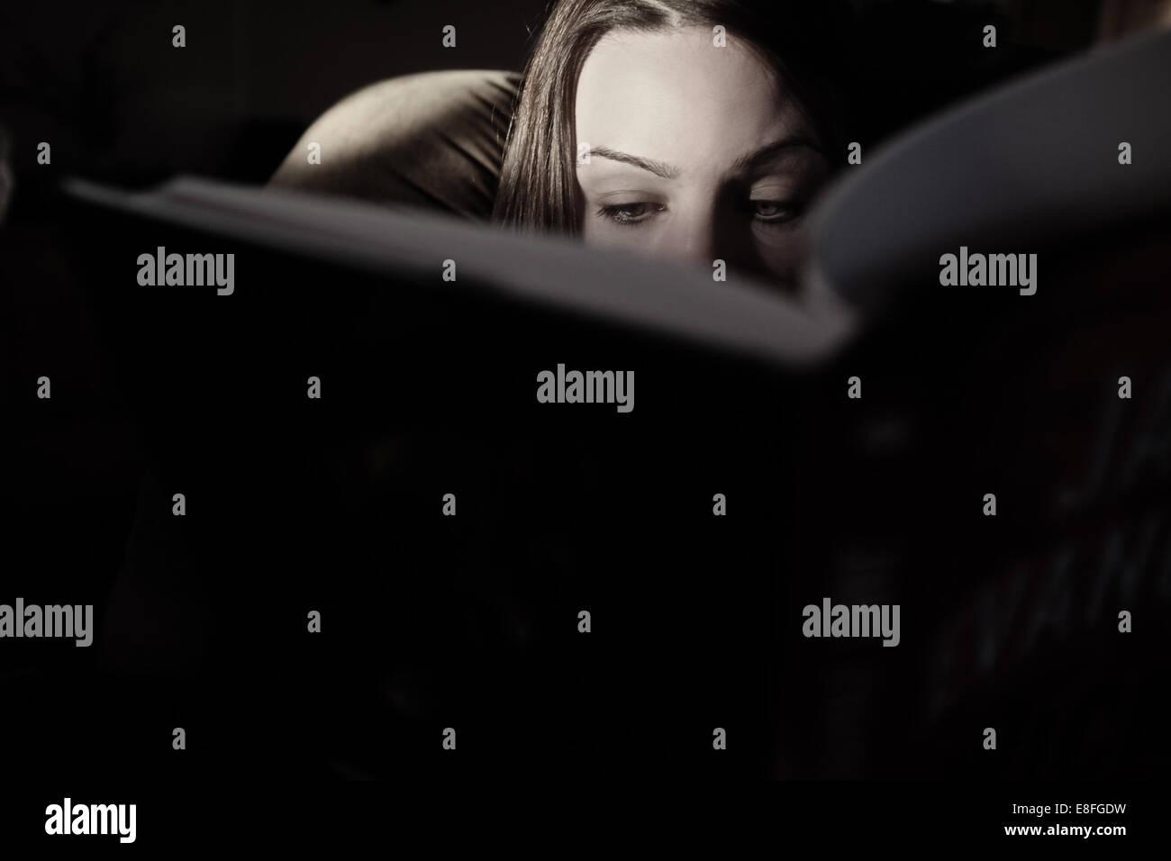 Close-up di donna la lettura di un libro Immagini Stock